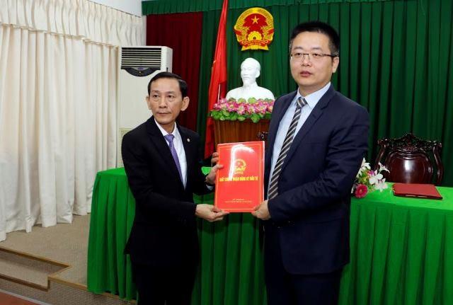 Ông Võ Thành Thống - Chủ tịch UBND TP Cần Thơ (bên trái) trao giấy chứng nhận cho công ty China Everbright International