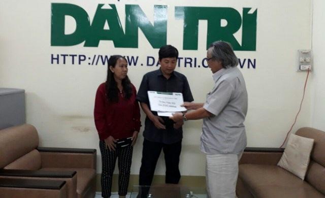 Nhà báo Phan Huy Phan Huy trao số tiền hơn 24 triệu đồng của bạn đọc báo Dân trí hỗ trợ gia đình anh Hổ