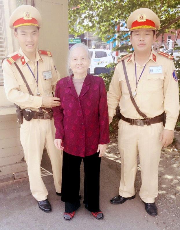 Lạc giữa phố đông đúc, cụ Miến được hai chiến sĩ CSGT phát hiện, giúp đỡ.