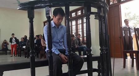 Vinh tỏ ra ăn năn, hối hận trong suốt phiên xử.