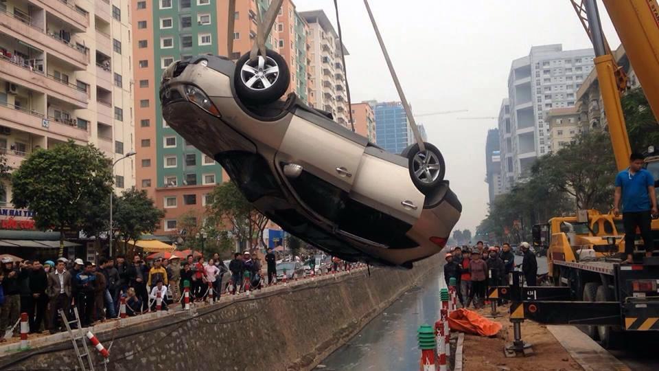 Xe cẩu được điều động để giải cứu chiếc xe.