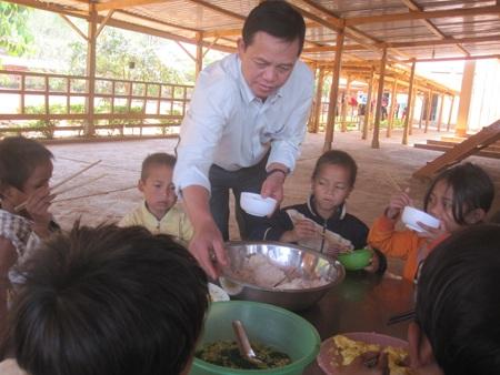 Thầy Tuấn trực tiếp lấy cơm cho các học trò của mình.