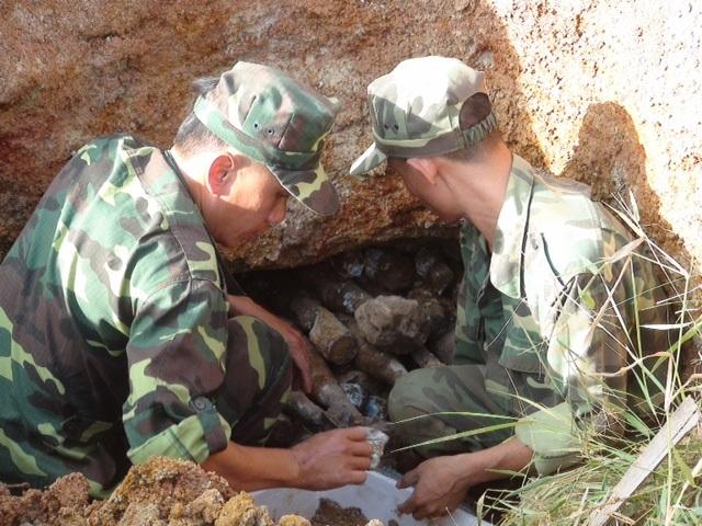 Cơ quan chức năng tiến hành đào số pháo cối tại khu đất đang đào móng nhà của gia đình bà Jét (Ảnh: QT)
