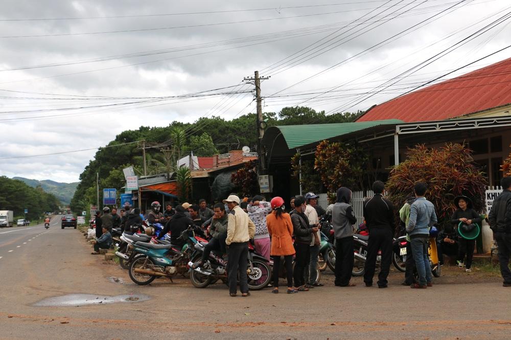 Từ sáng sớm, nhiều người đứng chờ tại cổng trại giam để chờ đón thân nhân, bạn bè mình
