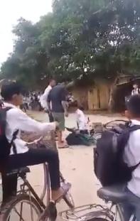Cháu Huy (áo trắng) bị phụ huynh của một bạn học đánh và bắt quỳ trước mặt bạn bè (ảnh từ clip)