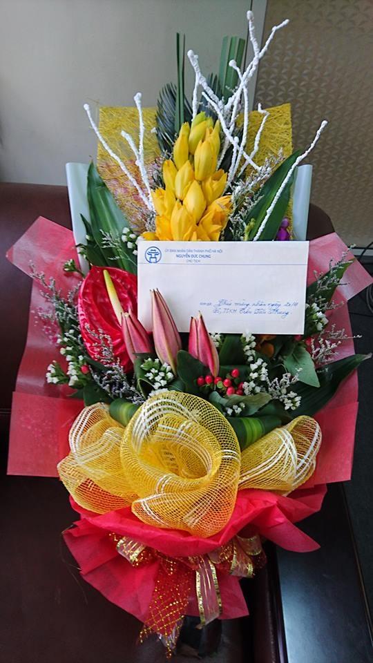 Lẵng hoa và thiệp mừng do Chủ tịch Nguyễn Đức Chung gửi tặng GS Nhung nhân ngày 20/11 (ảnh: Nhân vật cung cấp)