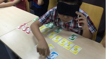 Học sinh đang nhận biết màu sắc và con số tại một lớp kích não