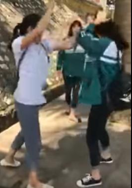 Nữ sinh áo trắng liên tiếp tát vào mặt đối phương (ảnh từ clip)