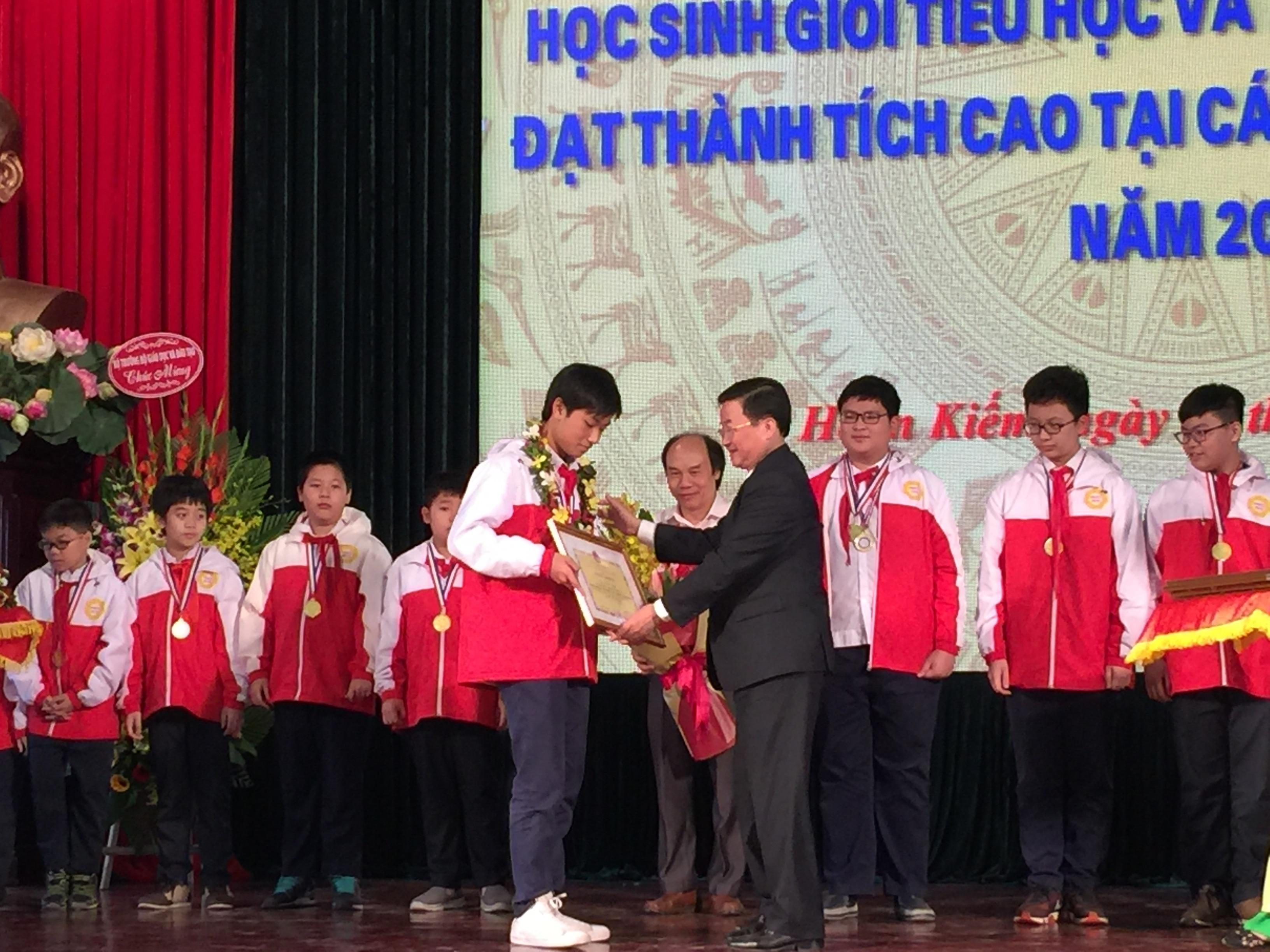 Lãnh Đạo quận Hoàn Kiếm tặng bằng khen cho em Tạ Sơn Bách