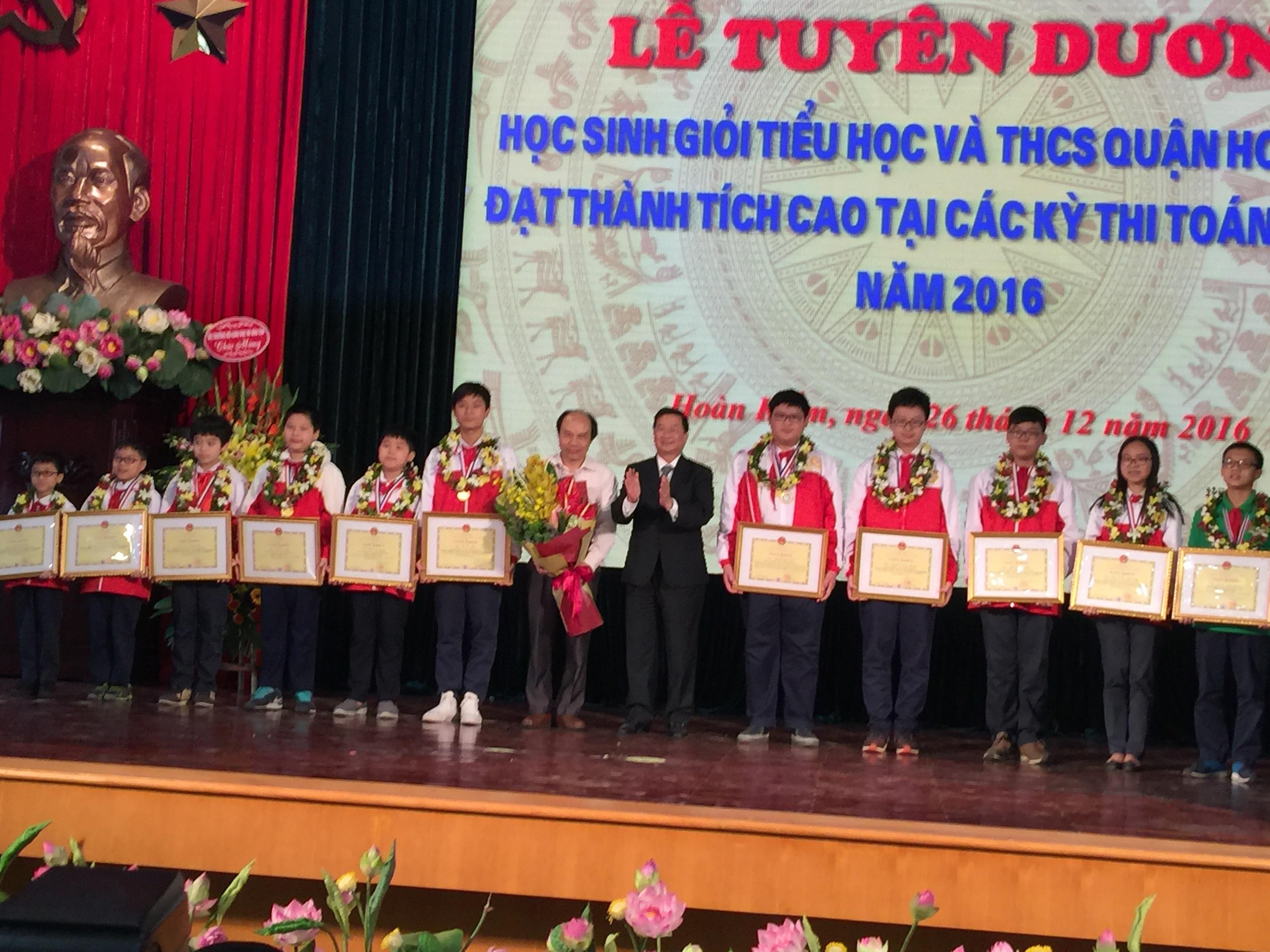 Các học sinh cùng lãnh đạo tại buổi lễ tuyên dương