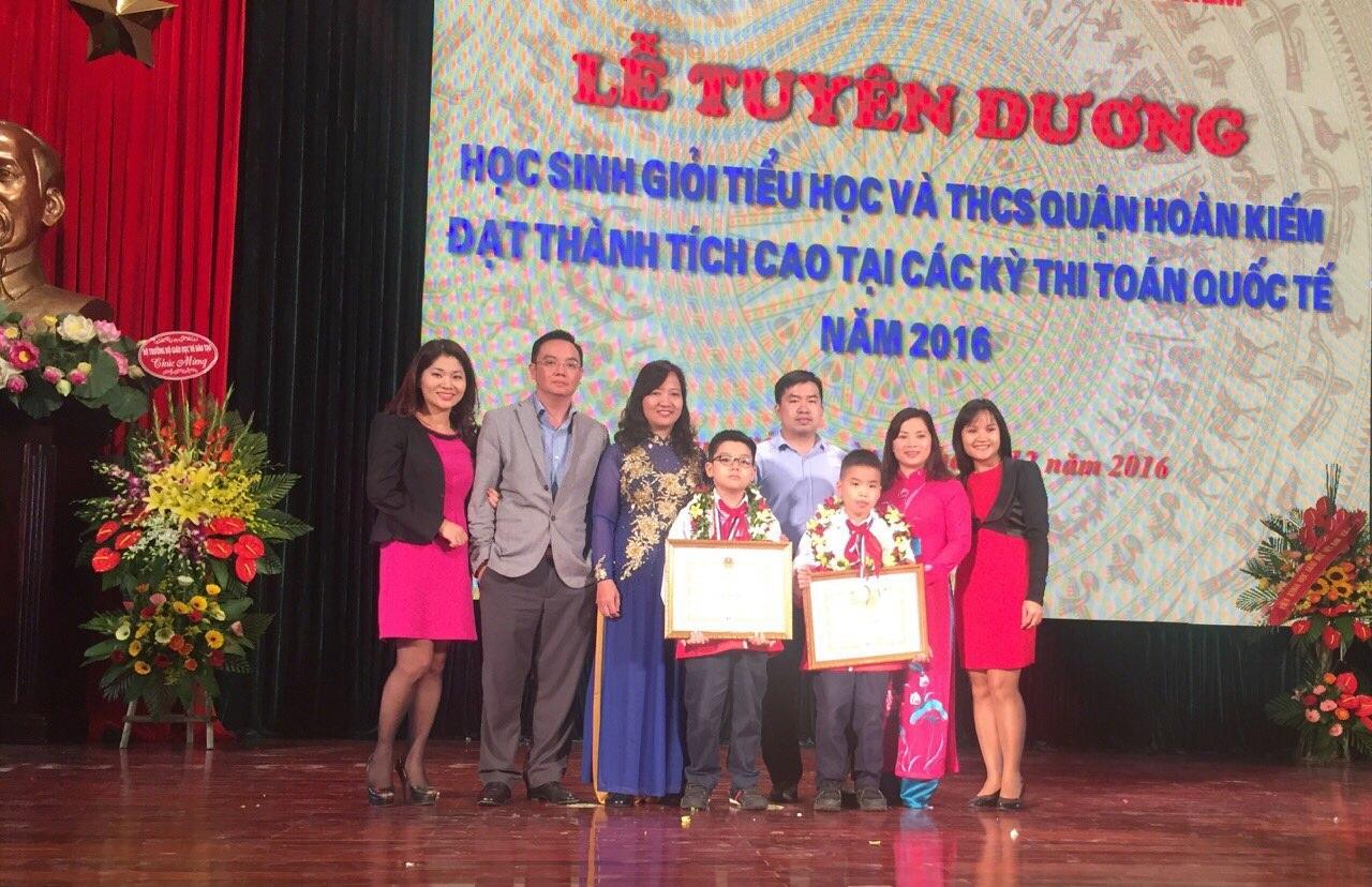 Các học sinh đoạt giải của Trường tiểu học Quang Trung tại lễ tuyên dương