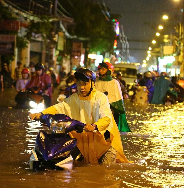 """Trận mưa lớn nhất trong hơn 40 năm qua ở TP Hồ Chí Minh, xảy ra vào chiều ngày 26/9 đã nhấn chìm gần 60 tuyến phố, gây ra thiệt hại lớn về tài sản của người dân. Trung tâm Chống ngập TP này """"đổ lỗi"""" cho việc người dân xả rác làm tắc hệ thống thoát nước, còn người đứng đầu chính quyền thành phố thừa nhận do các giải pháp thiếu đồng bộ."""