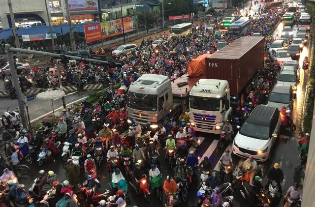Trong tuần qua, hình ảnh thường thấy là tình trạng kẹt xe khủng khiếp ở một số cửa ngõ TP Hồ Chí Minh. Điển hình là chiều ngày 7/10, xảy ra thảm cảnh kẹt xe khủng khiếp tại ngã tư Thủ Đức khiến các tuyến đường đổ về giao lộ này cũng bị ùn ứ nghiêm trọng trong nhiều giờ. (Ảnh: Đăng Lê)