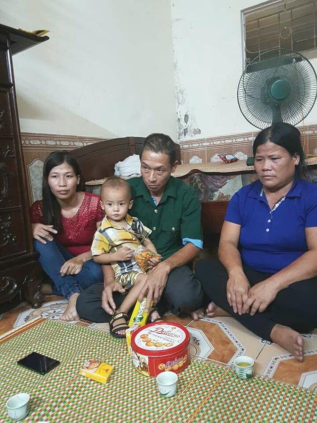 """Sau gần 2 tuần bị tạm giữ hình sự, tối 6/10, ông Đinh Ngọc Thạch (thường gọi là Bình """"còng""""), bị can trong vụ án """"Vi phạm quy định về điều khiển phương tiện giao thông đường bộ"""" khiến một bé trai ở quận Hoàng Mai bị tử vong, được tại ngoại."""
