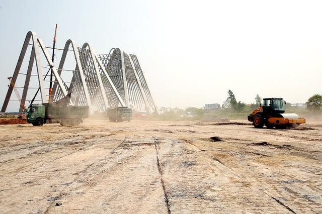 Cổng chào tỉnh Quảng Ninh được xây dựng trên diện tích 75.363 m2, ở thị xã Đông Triều, có vốn đầu tư 198 tỷ đồng. UBND tỉnh Quảng Ninh cho biết, cổng chào trên thuộc dự án có quy mô diện tích trên 139.000 m2, với tổng mức đầu tư 368 tỷ đồng, trong đó nguồn vốn ngân sách tỉnh chỉ phải chi cho giải phóng mặt bằng với kinh phí khoảng 10 tỷ đồng.