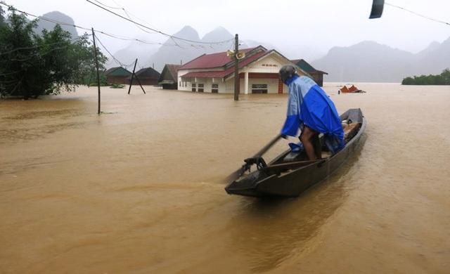 Từ ngày 13 đến nay, các tỉnh miền Trung (đặc biệt là khu vực Bắc Trung Bộ) hứng chịu các đợt mưa lớn, khiến nhiều vùng bị chìm trong biển nước, đời sống nhân dân vô cùng khó khăn. Theo báo cáo nhanh của Chi cục Phòng, chống thiên tai khu vực miền Trung đến ngày 15/10, mưa lũ đã làm 3 người chết, 5 người mất tích và 12 người bị thương, gần 27.000 ngôi nhà bị ngập.