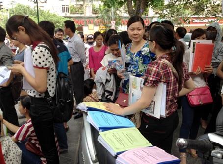 Thí sinh trên địa bàn Hà Nội xếp hàng nộp hồ sơ thi công chức vào ngành thuế