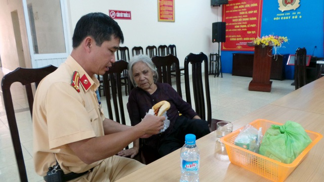Khoảng hơn 6h, ngày 20/10, tại ngã tư Đại Cồ Việt - Giải Phóng, tổ công tác Đội CSGT số 4 CATP Hà Nội, đã phát hiện cụ bà (có biểu hiện lẫn trí) đi lạc trên đường. Các chiến sĩ CSGT đã đưa cụ về trụ sở để chăm sóc. Bằng các biện pháp nghiệp vụ Đội CSGT số 4 xác định được cụ bà tên Nguyễn Thị Huệ (SN 1942) ở Thanh Hóa, sau đó đã liên hệ người nhà đến đón. (Ảnh: Tiến Nguyên)