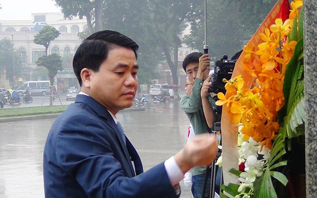 Ông Nguyễn Đức Chung - Phó Bí thư Thành ủy Hà Nội, Chủ tịch UBND TP Hà Nội tới dâng hoa Tượng đài Lenin