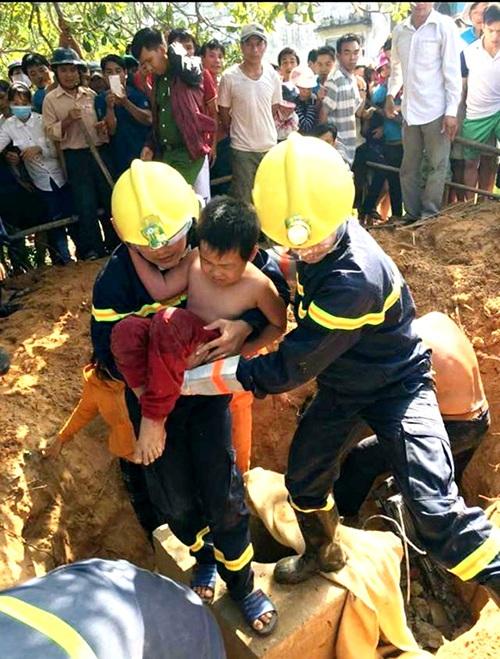 Khoảng 10h30, ngày 12/11, cháu Huỳnh Thanh Quang 7 tuổi, bị rớt xuống hố móng dùng để chôn trụ điện tại thôn Tân An (xã Bình Minh, huyện Thăng Bình, tỉnh Quảng Nam). Mặc dù gia đình và người dân địa phương đã tổ chức cứu nạn nhưng không thành công. Đến khoảng 12h, Cảnh sát PCCC Công an tỉnh Quảng Nam tiếp nhận thông tin trên và cử người đến hiện trường dùng khoan cắt bê tông đưa cháu Quang lên an toàn. (Ảnh: Công Bính)