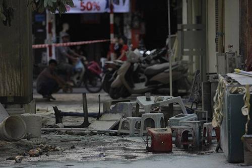 Khoảng 15h chiều ngày 17/11, một bốt điện trên vỉa hè tại phố Nguyễn Thị Minh Khai (quận Hà Đông - Hà Nội) đã bất ngờ phát nổ làm 1 người thiệt mạng, 4 người bị bỏng. (Ảnh: Nguyễn Dương)
