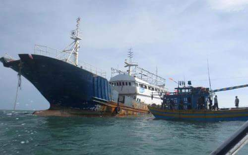 Một chiếc tàu vỏ thép không có thủy thủ bị trôi dạt ở vùng biển Bình Thuận đã được ngư dân lai dắt vào gần khu vực cảng La Gi (Bình Thuận) một cách an toàn. (Ảnh: Trúc Hà)