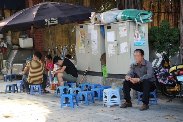 """Nhìn từ vụ việc trạm biến áp (bốt điện) phát nổ xảy ra chiều 17/11 tại phố Nguyễn Thị Minh Khai (Hà Đông – Hà Nội) làm 1 người chết, 4 người bị thương (trong đó 2 người đang nguy kịch), dường như nguy hiểm luôn rình rập với những ai thường xuyên ngồi cạnh """"thần chết"""" này. (Ảnh: Hoàng Dũng)"""