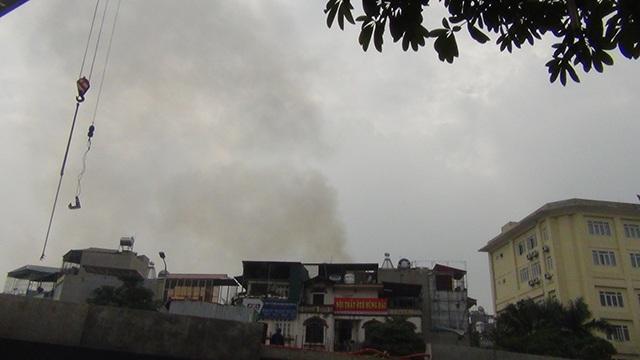 Đám cháy giữa khu dân cư khiến người dân hoảng loạn.