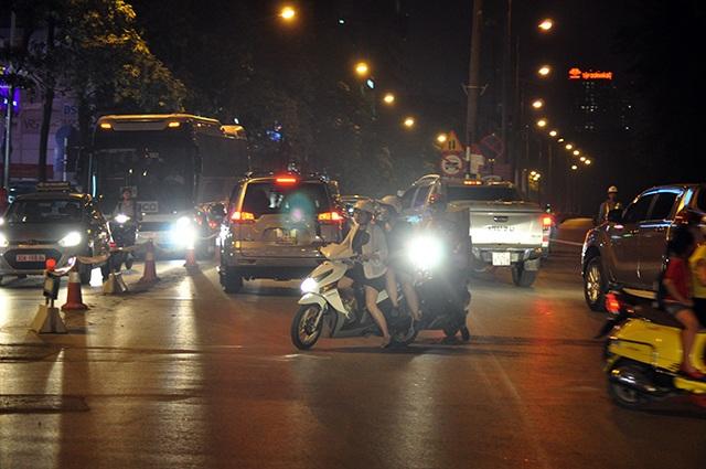 Tại các điểm giao cắt, người điều khiển phương tiện đi lại rất lộn xộn
