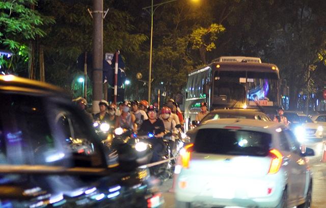 Mật độ giao thông đông đúc nên tuyến đường luôn trong tình trạng quá tải