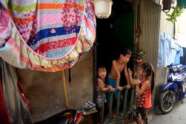 Những căn nhà được ghép tạm bợ bằng đủ loại vật liệu nhặt nhạnh được, nằm xộc xệch bên dòng nước đen bốc mùi hôi thối của sông Sài Gòn. Đó là nơi trú ngụ của hàng nghìn hộ dân giữa thành phố phồn hoa, sôi động, lớn nhất nước… (Ảnh: Nguyễn Quang)