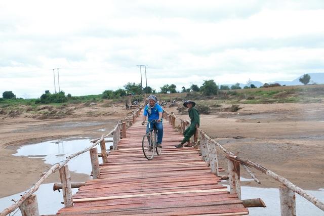 Sau hơn 2 tuần xây dựng, cây cầu gỗ bắc qua sông Ba nối từ xã Phú Cần sang xã Ia Rmốk (Krông Pa, Gia Lai) dài 100m đã chính thức được hoàn thành trong ngày 30/11. Cây cầu này được 7 hộ dân tự góp số tiền gần 300 triệu đồng để xây dựng giúp bà con vượt sông. Vật liệu làm cầu là gỗ bạch đàn, thép, tôn, dây buộc và đinh cùng tiền thuê nhân công. (Ảnh: Tuệ Mẫn)