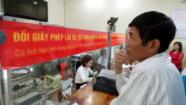 Dù Thông tư 58 của Bộ Giao thông Vận tải liên quan đến việc đổi giấy phép lái xe sang thẻ nhựa đã bị tuýt còi, sáng nay 2/12, tại Hà Nội, nhiều người dân vẫn đổ đến các điểm làm thủ tục đổi giấy phép lái xe. Một cán bộ Sở GTVT cho biết, trung bình mỗi ngày, tại điểm cấp, đổi GPLX ở trụ sở Sở GTVT Hà Nội (Phùng Hưng, Hà Đông) có khoảng 300 trường hợp người Hà Nội và khoảng 150 trường hợp ngoại tỉnh hoặc mất bằng đến làm thủ tục. (Ảnh: Tiến Nguyên)
