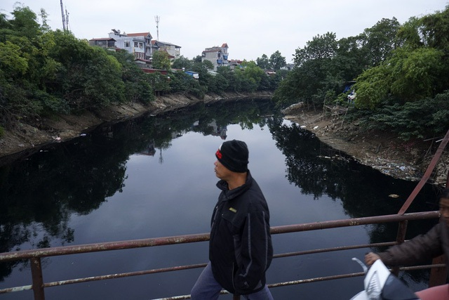 Nước thải của gần 7 triệu người dân cùng bệnh viện, nhà máy, khu công nghiệp… ở Hà Nội thải ra 5 con sông chính là sông Tô Lịch, Kim Ngưu, sông Sét, sông Lừ và sông Nhuệ. Chạy dài hàng chục km trong thành phố, những dòng sông này mỗi ngày tiếp nhận khoảng 600.000 m3 nước thải và trở thành nguồn ô nhiễm lộ thiên nguy hiểm. (Ảnh: Hữu Nghị)