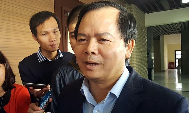 Bí thư quận Tây Hồ trao đổi với báo chí bên hành lang kỳ họp HĐND TP Hà Nội