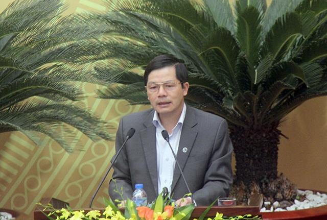 Ông Trần Huy Sáng - Giám đốc Sở Nội vụ trình bày Tờ trình về tổng biên chế hành chính, sự nghiệp TP Hà Nội năm 2017