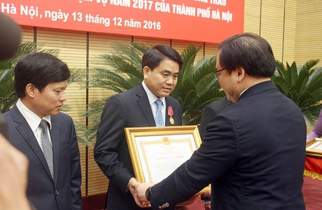 Chủ tịch UBND TP Hà Nội Nguyễn Đức Chung nhận Huân chương Lao động Hạng Nhất
