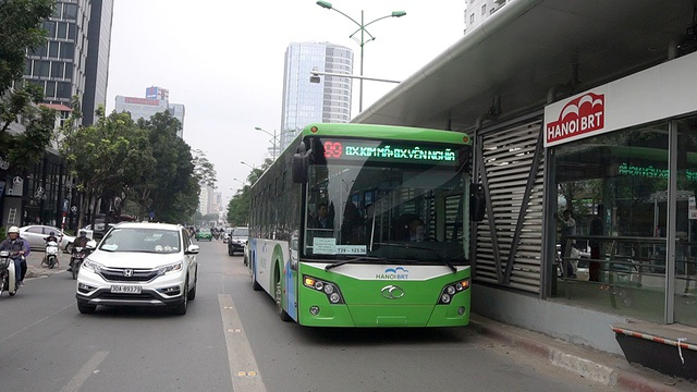 """Sau nhiều ngày chuẩn bị, tuần qua Sở GTVT Hà Nội cho chạy thử xe buýt BRT tuyến số 99, lộ trình từ Kim Mã đến bến xe Yên Nghĩa. Xe xuất phát lúc 8h30 sáng, khi giao thông thành phố đã qua giờ cao điểm, hoàn thành lộ trình khá """"trơn tru"""" với nhiều nghiệp vụ vận tải hành khách mới mẻ. (Ảnh: Mạnh Thắng)"""