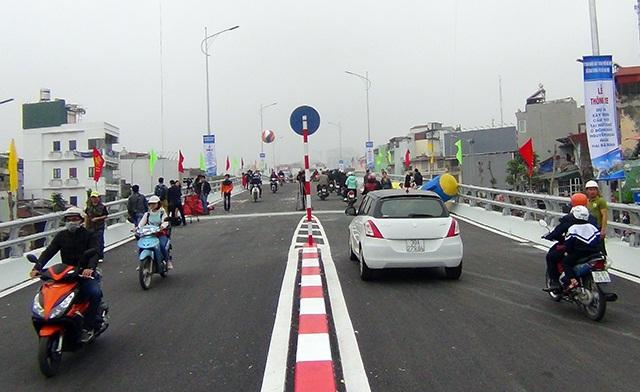Các phương tiện bắt đầu lưu thông trên mặt cầu.