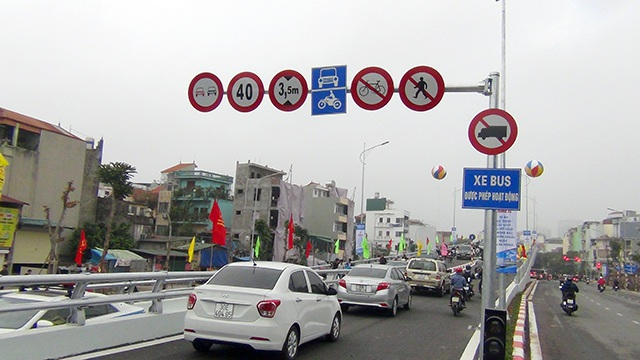 Sau khi cầu vượt được thông xe, các tuyến đường bộ giảm hẳn tình trạng tắc nghẽn giao thông.