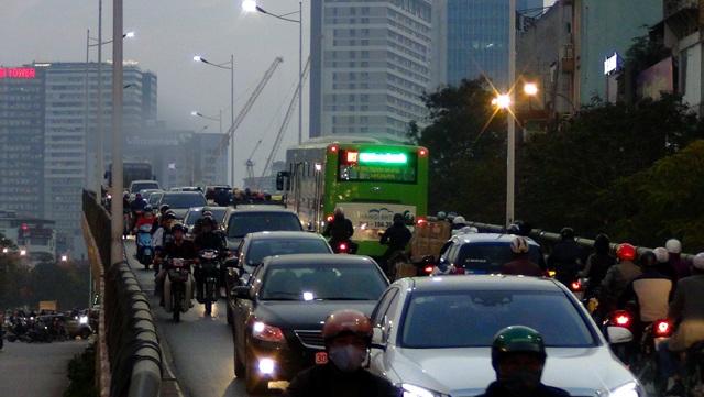 Xe buýt nhanh chiếm hết một làn đường trên cầu vượt