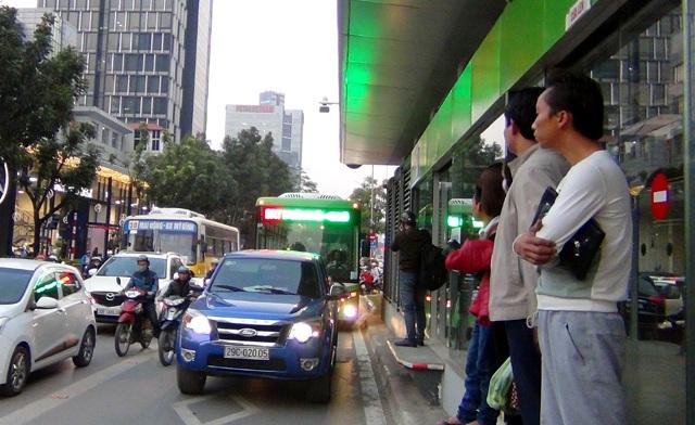 Sau một thời gian chạy thử nghiệm kỹ thuật không tải, sáng nay 29/12, tuyến xe buýt nhanh BRT Kim Mã – Yên Nghĩa bắt đầu kết hợp đón những hành khách đầu tiên.