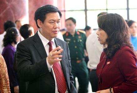 Bộ trưởng Vương Đình Huệ tại hành lang Quốc hội (ảnh: Việt Hưng).