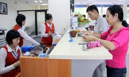 Lộ diện ngân hàng đầu tiên giảm thu nhập nhân viên