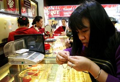 Giá vàng trong nước đang cao hơn thế giới 2,4 triệu đồng/lượng (đã trừ chi phí).