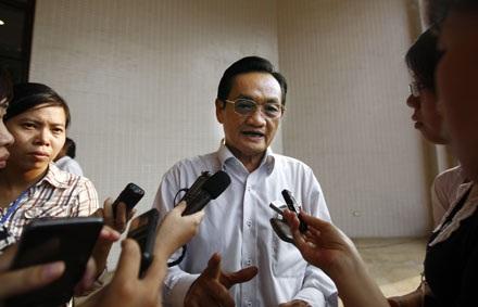 Đại biểu Trần Du Lịch trả lời báo giới bên hành lang kỳ họp.