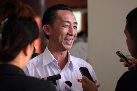 TS.Trần Hoàng Ngân trả lời báo giới bên hành lang kỳ họp (ảnh: Việt Hưng).