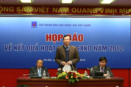 Chủ tịch Phùng Đình Thực trả lời báo giới tại cuộc họp báo.