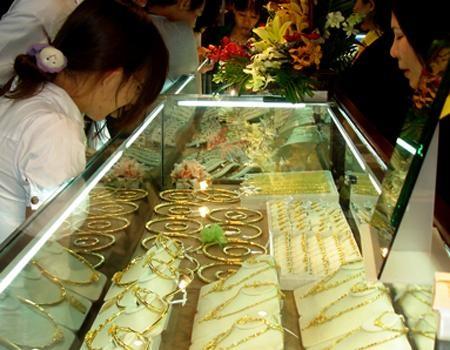 Chênh lệch giữa giá vàng trong nước và thế giới vẫn ở mức cao.
