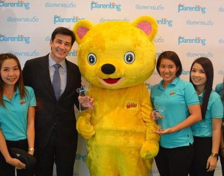 Các nhân viên I Can Read Thái Lan nhận giải thưởng.
